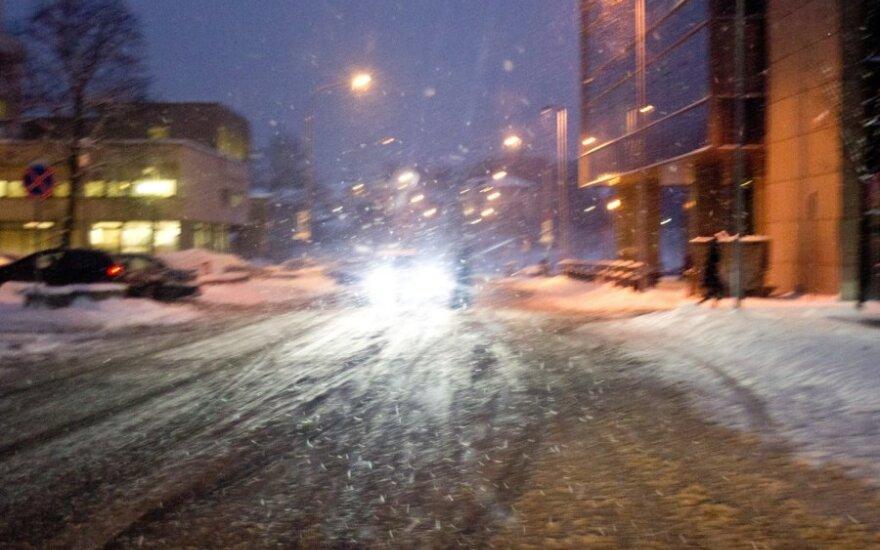 Vairuotojų laukia sunki naktis: snigs ir pustys