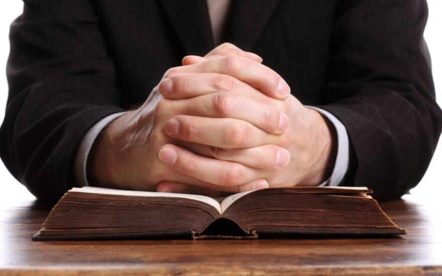 Šalia bažnyčios girtas kunigas sukėlė avariją, per kurią žuvo pats ir pražudė jauną vyrą