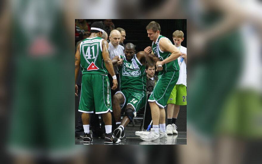 """Traumą patyrusį Mamadou N'Diaye (""""Žalgiris"""") komandos draugai kelia nuo grindų"""