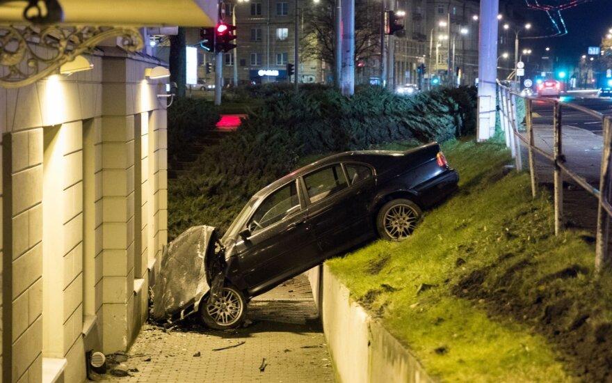Vilniaus centre BMW nulėkė nuo šlaito ir rėžėsi į viešbutį