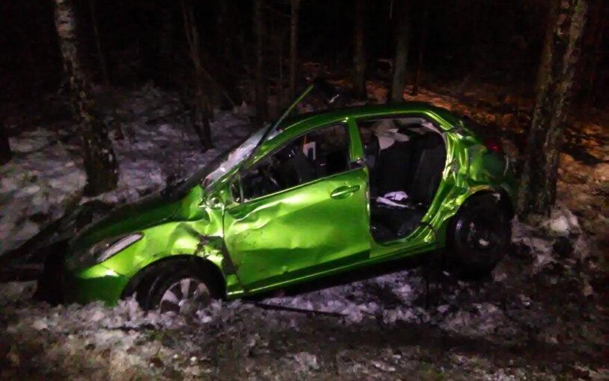 Kėdainių r. automobilis nulėkė nuo kelio, sužaloti keturi žmonės
