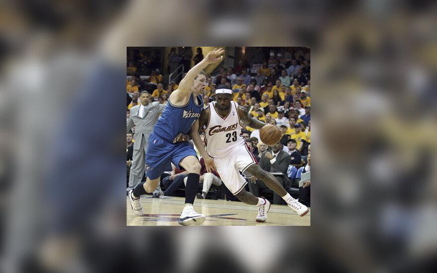 """Darius Songaila (""""Wizards"""") stabdo LeBroną Jamesą (""""Cavaliers"""")"""