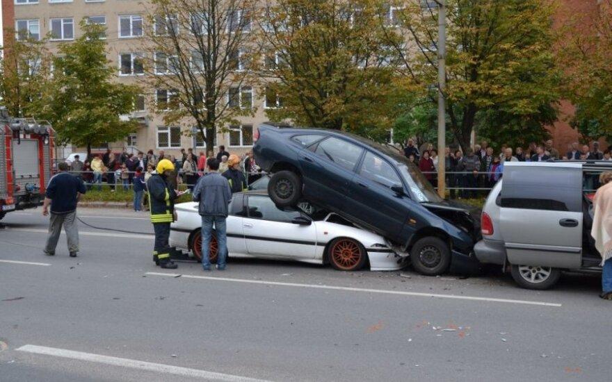 Automobilis atsidūrė ant kitos mašinos stogo, T. Vasiliausko nuotr.