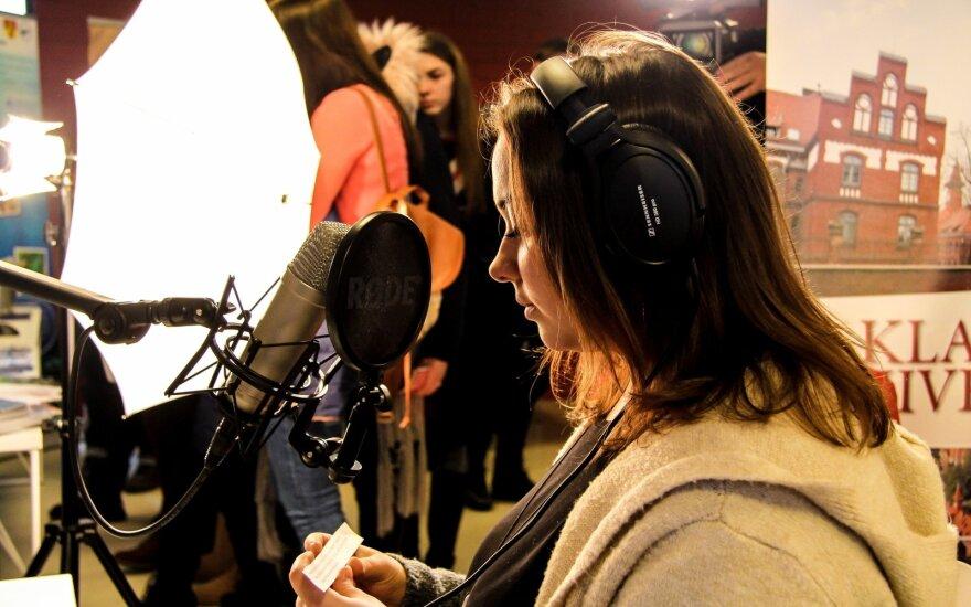 Klaipėdos universiteto žurnalistikos studijų programos studentų laukia ne tik paskaitos auditorijose. Praktiniai užsiėmimai vyks modernioje universiteto Medijų laboratorijoje, televizijos, radijo ir laikraščių redakcijose. Klaipėdos universiteto nuotr.
