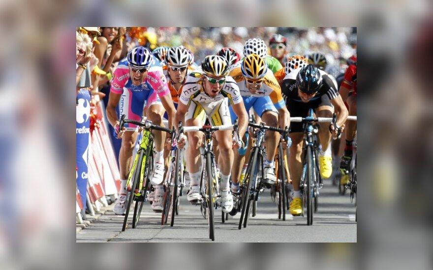 Markas Cavendishas (viduryje) finišuoja