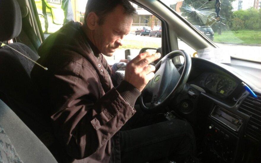 Automobilius išdaužęs girtas taksistas reikalavo vežti namo ir grasino įtakinga valytoja