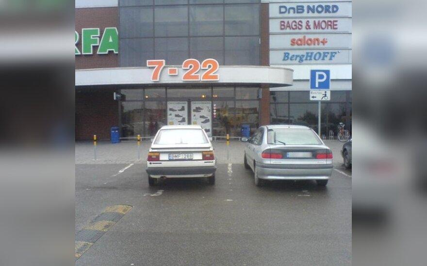 """Panevėžyje, prie PC """"Babilonas"""". 2009-11-25."""
