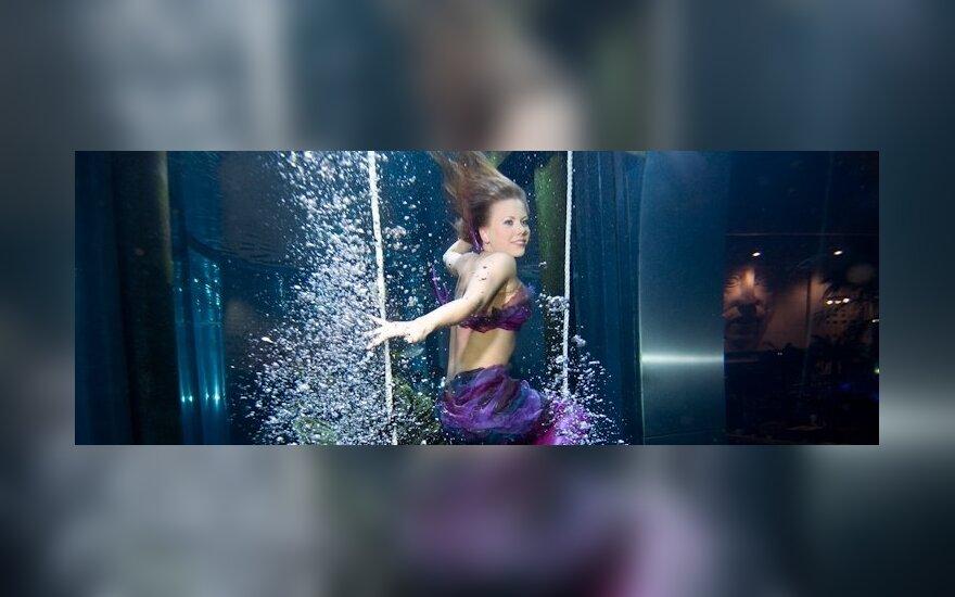 Undinėlės fotosesija po vandeniu