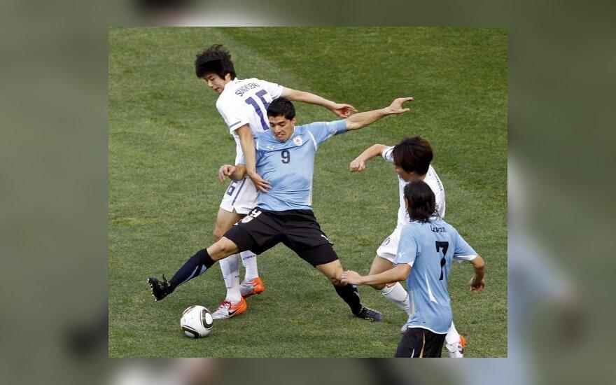 Luisas Suarezas (Nr.9) kovoja su Ki Sung-Yongu