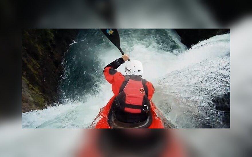 VIDEO: nufilmuota, kaip baidarininkas nėrė į krioklį