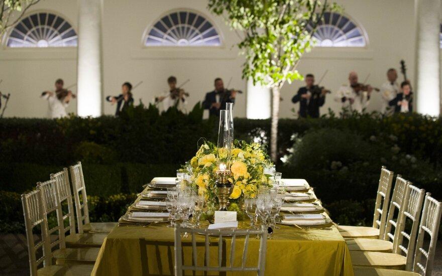Baltieji rūmai ruošiasi prašmatniai vakarienei, Melania Trump svečių sąrašo neviešina