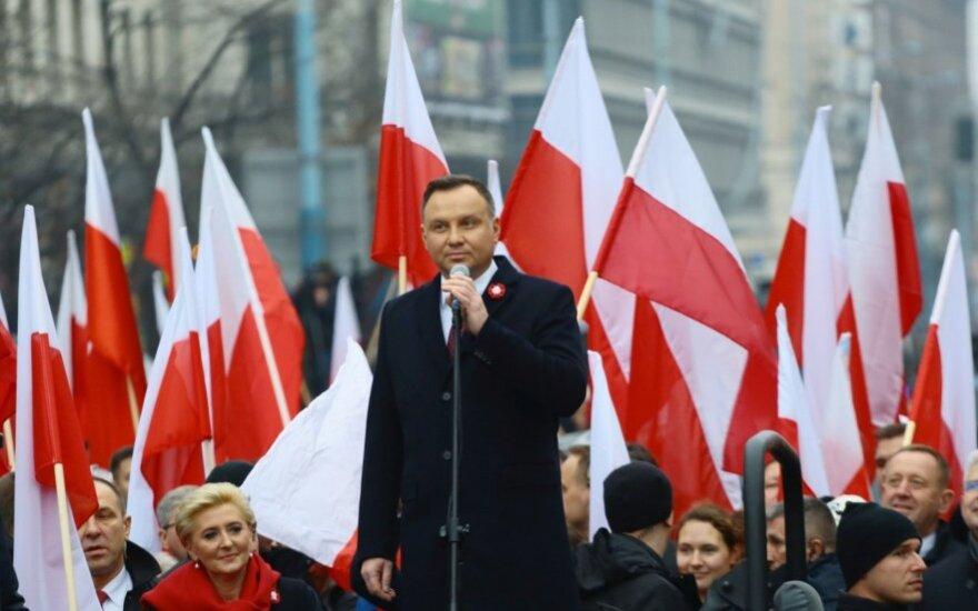 Lenkijos nepriklausomybės 100-mečio eitynėse politikai ir radikalai žygiavo drauge