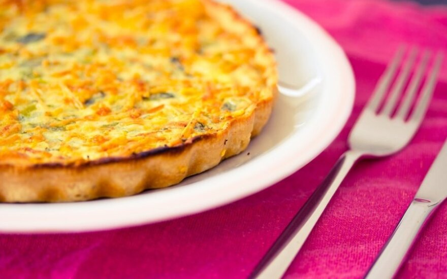 Sūrio pyragas su bulvėmis ir kmynais