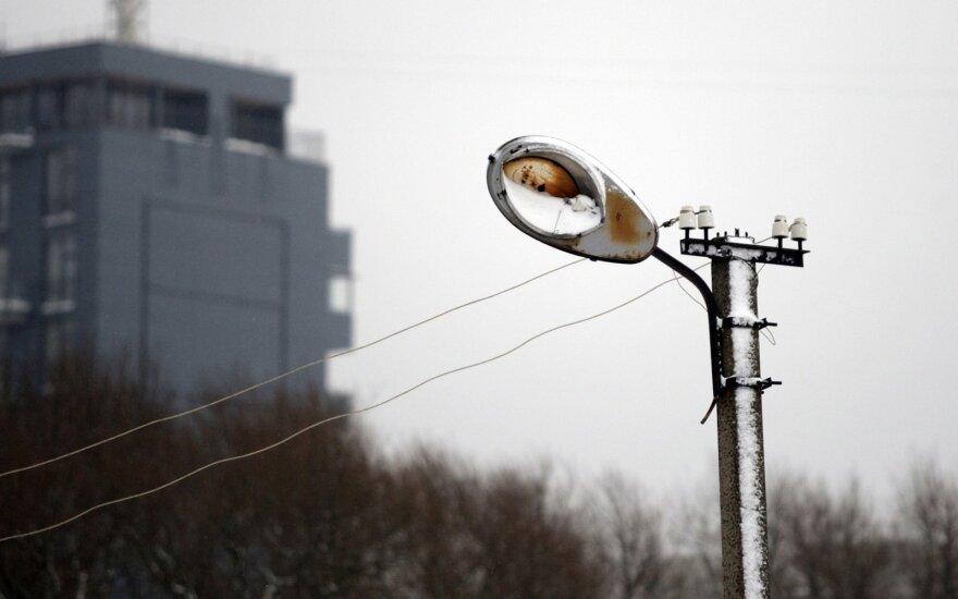 Vėjo sukeltus elektros tinklų gedimus šalina beveik 100 operatyvinių brigadų visoje Lietuvoje