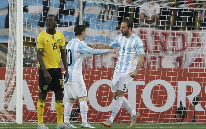 Lionelis Messi sveikina įvartį pelniusį Gonzalo Higuainą