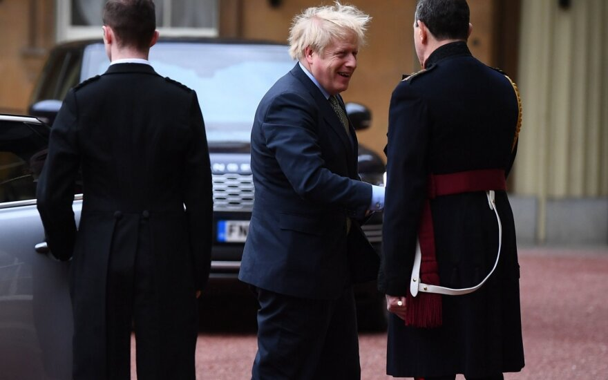 Pergalę rinkimuose iškovojęs Johnsonas atvyko į Bakingamo rūmus
