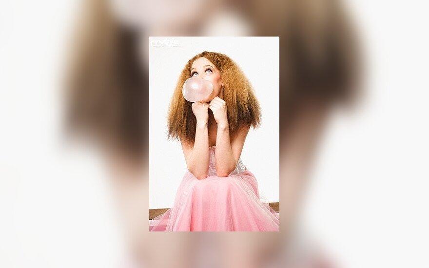 Mergina kramto gumą