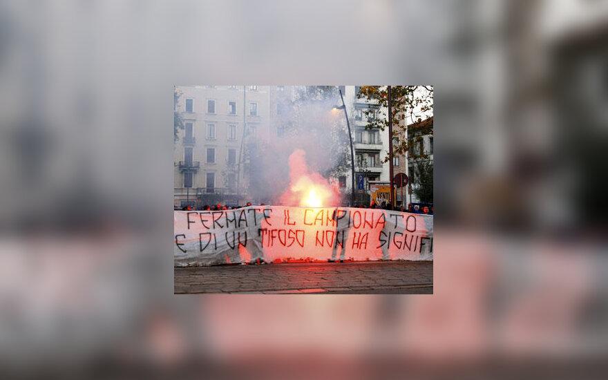 """Futbolo sirgalių protestas prie RAI televizijos pastato po Romos """"Lazio"""" aistruolio žūties"""