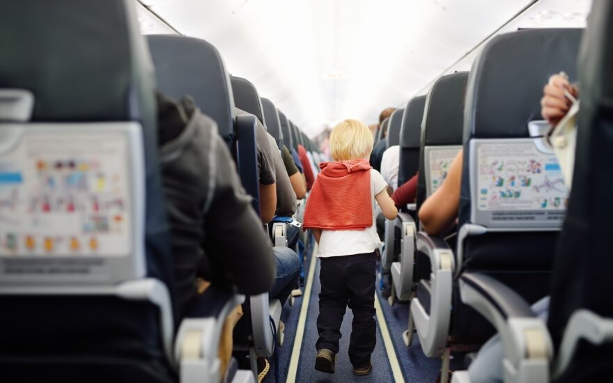 5 patarimai ramiam skrydžiui su vaikais, kurie padės išvengti bendrakeleivių neapykantos