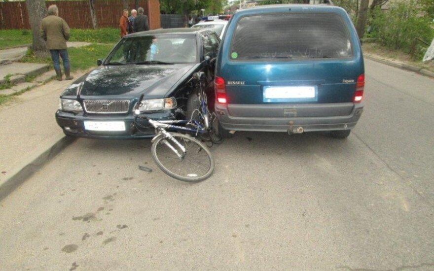 Vievyje tarp susidūrusių automobilių prispaustas dviratininkas