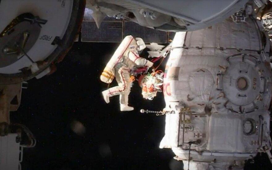 Astronautas atvirame kosmose prie TKS