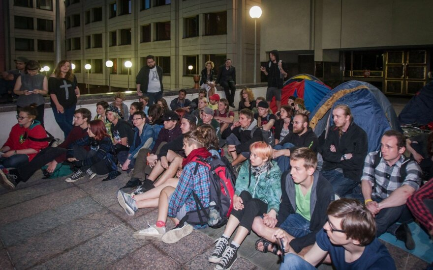 Students protest Labour Code by blockading Government building