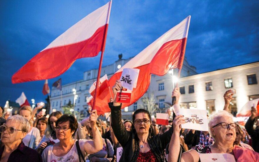 Lenkiją ir Vengriją svarsto drausminti finansiškai: mažiau ES vertybių – mažiau ir ES pinigų