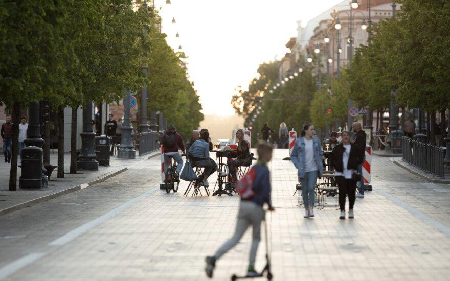 Baigiantis karantinui pastebėjo keistą tendenciją: kas darosi miesto gatvėse ir pajūrio kavinėse