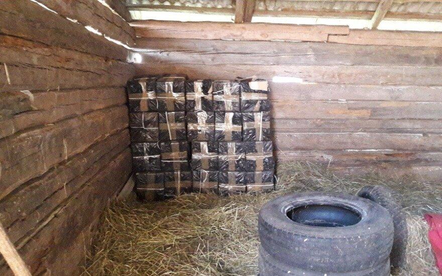 5 km vėžėmis sekę pasieniečiai aptiko kontrabandos sandėlį