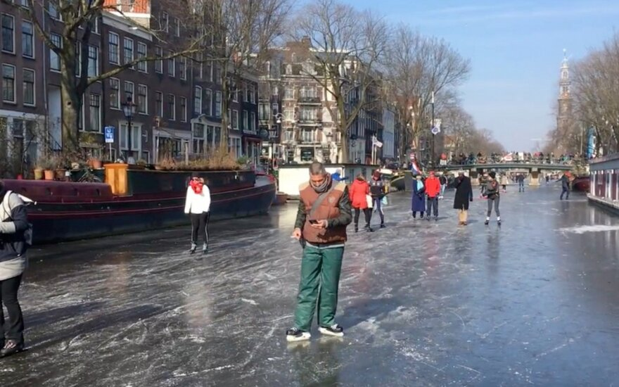 Europą sukaustę šalčiai Amsterdamo kanalus pavertė unikalia čiuožykla