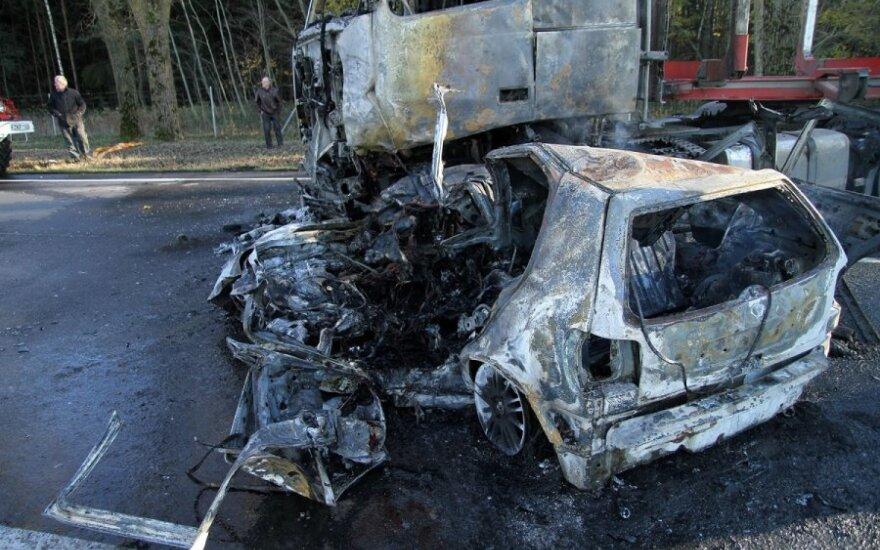 """Miškavežio ir """"VW Polo"""" kaktomuša: mašinos užsidegė, liepsnose žuvo mama su vaiku"""