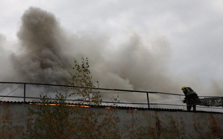 Lieplaukės geležinkelio stotyje dega šilumvežis