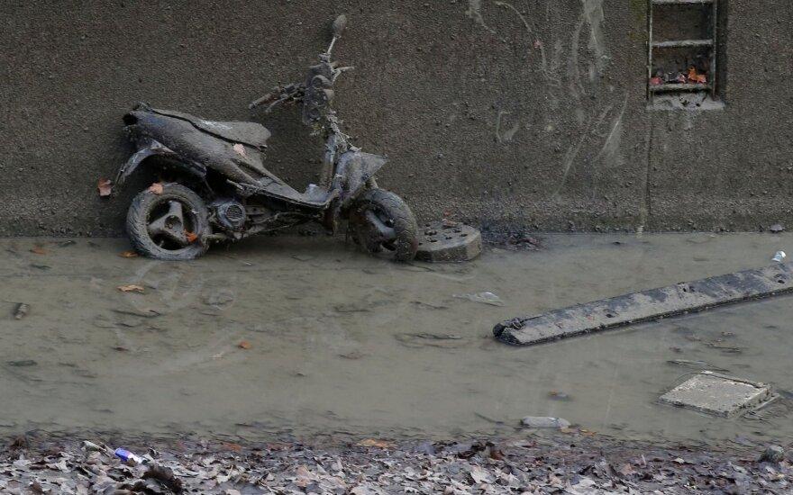 Valydami kanalą prancūzai aptiko dviračių ir motorolerių kapinyną