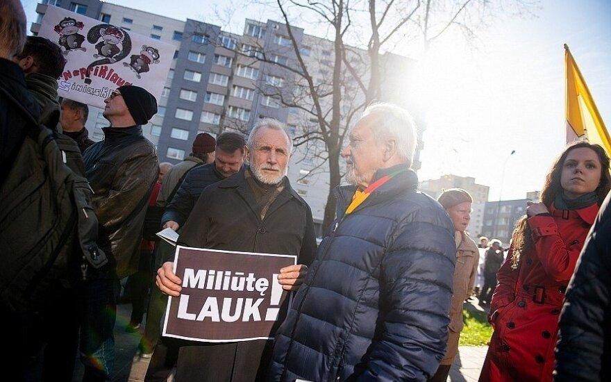Prie LRT - dvi protesto akcijos: vieni reikalavo atleisti konkrečius žurnalistus, kiti kovojo už žodžio laisvę