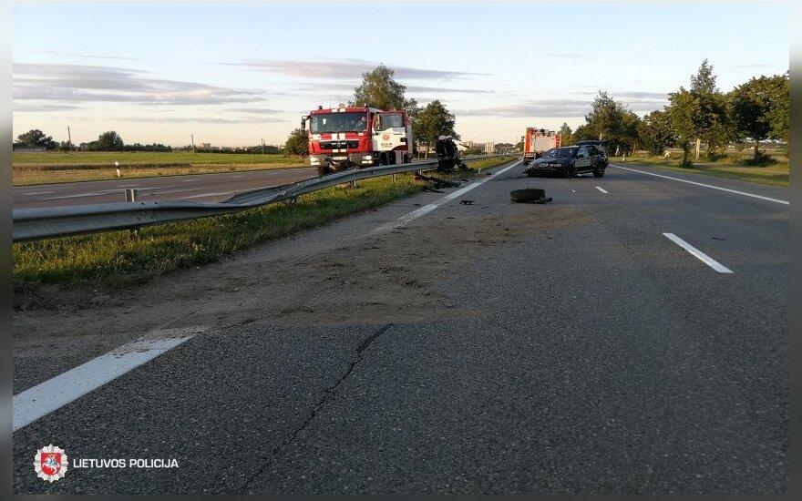 Vengdamas susidūrimo su krovininiu automobiliu BMW rėžėsi į atitvarus, nukentėjo keleivė