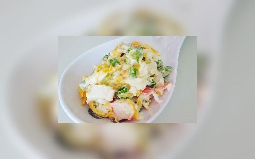 Krabų lazdelių ir sūrio salotos