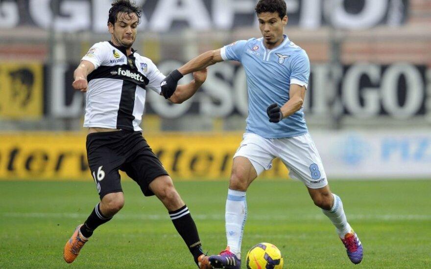 """Marco Parolo (""""Parma"""", kairėje) ir Andersonas Hernanesas (""""Lazio"""")"""