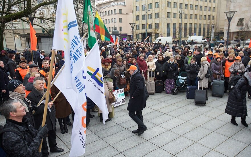 Lithuanian teachers to stage warning strike