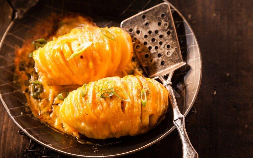 """Traškios bulvių """"armonikėlės"""" su sūriu"""