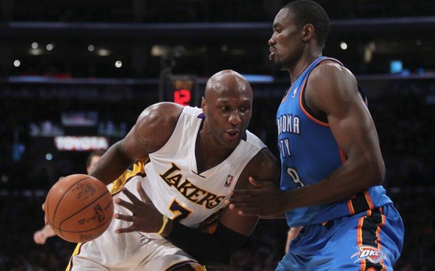 """Lamaras Odomas (""""Lakers"""") ir Serge'as Ibaka (""""Thunder"""")"""