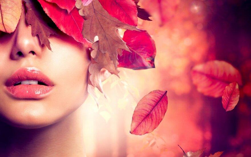 Moteris rudenį