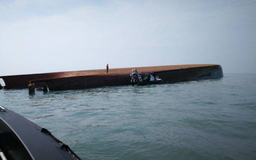 Po 50 val. apvirtusiame laive rado du gyvus žmones