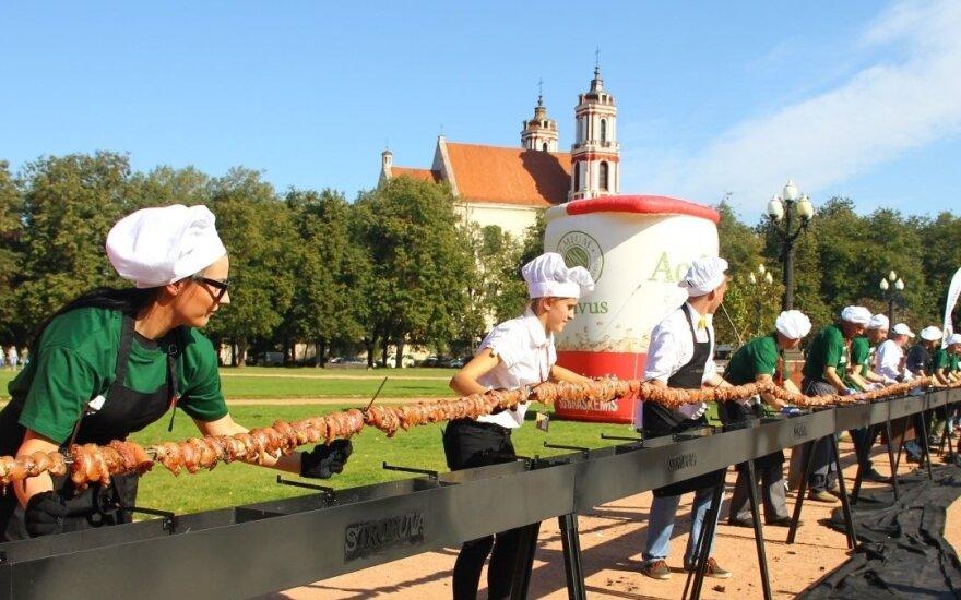 Lithuanian BBQ masters make 100-metre chicken shashlik