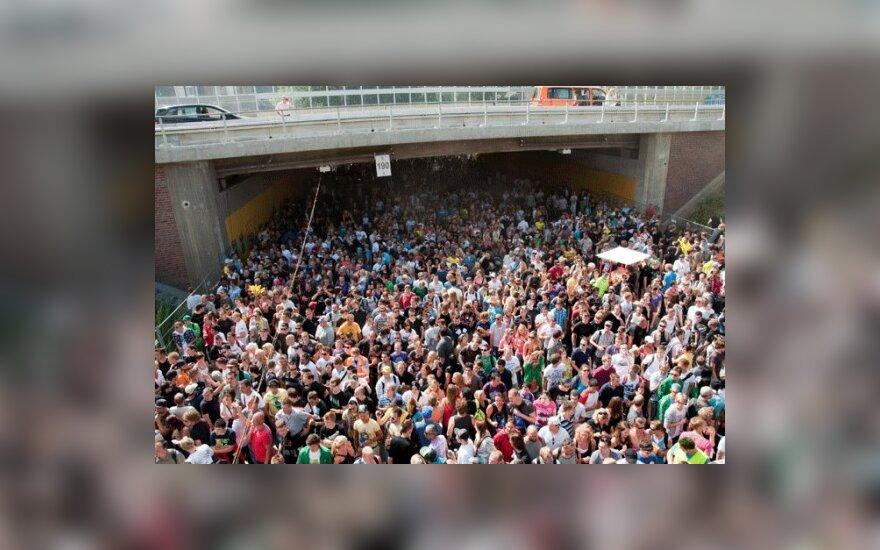"""Vokietijos Duisburgo mieste šeštadienį per technomuzikos festivalį """"Meilės paradas"""" viename tunelyje kilus masinei panikai ir spūsčiai, žuvo mažiausiai 20 žmonių"""