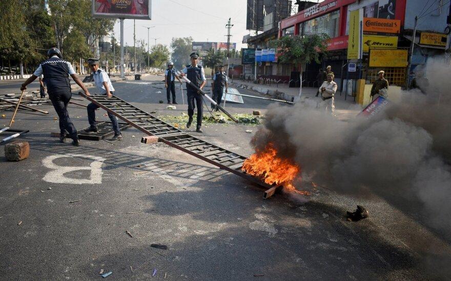 Indų policija tuščiais šoviniais šaudė į naujas demonstracijas prieš pilietybės įstatymą