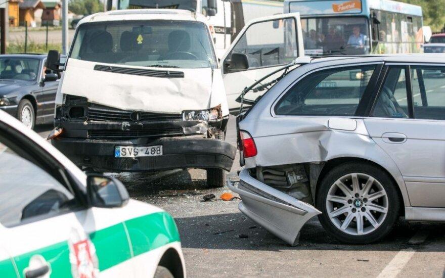 Vilniuje masinė avarija paralyžiavo eismą, stipriai sudaužytas BMW