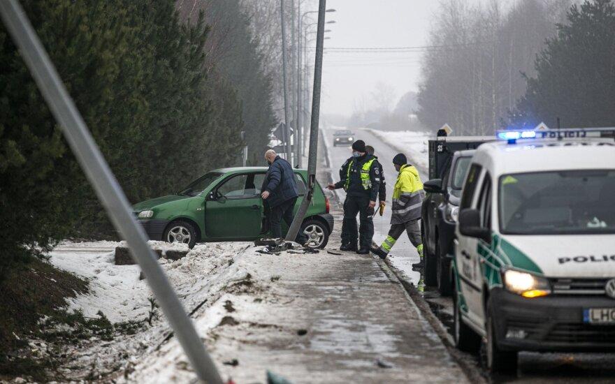 Kada vairuoti reikėtų ypač atsargiai: viena diena išsiskiria avarijomis