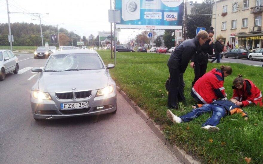 Kaune BMW nublokštą jaunuolį pamatęs liudytojas: vairuotoja nė nepristabdė