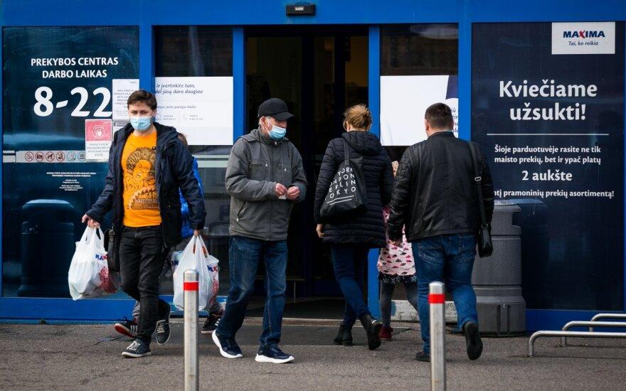 Koronavirusui pasiekus naują rekordą žmonės nenusiteikę sėdėti namuose: <em>Delfi</em> fotografas užfiksavo, kas vyksta prie prekybos centrų