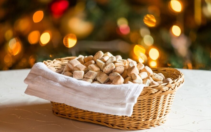 Valgiai, kuriuos ant Kūčių stalų tiekė mūsų seneliai: vienuose regionuose kepė blynus iš grikių, kituose – į barščius dėjo virtinius